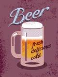 Cartel del estilo del vintage con una taza de cerveza Cartel retro de la cerveza del vector Foto de archivo libre de regalías