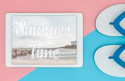 Cartel del viaje en la pantalla de la tableta con 2 sandalias de la playa Imágenes de archivo libres de regalías