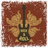 Cartel dibujado mano del vintage con la guitarra eléctrica, las alas adornadas y rock-and-roll del texto en fondo del grunge Fotografía de archivo