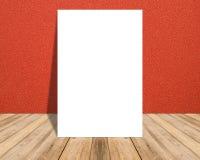 Cartel en blanco blanco en pared roja del paño y sitio de madera tropical del piso Foto de archivo