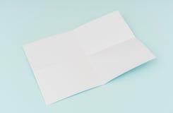 Cartel en blanco del aviador, maqueta del folleto, A4, Nosotros-letra, en backg azul Imagenes de archivo