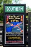 Cartel ferroviario meridional británico Inglaterra del vintage al tren de Bélgica Imagen de archivo libre de regalías