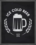 Cartel helado de la cerveza Emblema del Pub en fondo de la pizarra Ejemplo del vintage del vector Imagenes de archivo