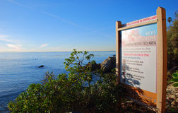 Cartel informativo en Moss Cove, Laguna Beach, caloría Foto de archivo