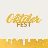 Cartel o tarjeta escrito mano de las letras de la caligrafía de Octoberfest en fondo de la cerveza Imagen de archivo libre de regalías