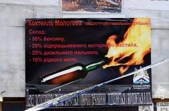 Cartel que dice cómo crear el cóctel molotov, Kiev, Ucrania Foto de archivo libre de regalías