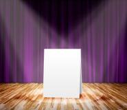 Cartel que se coloca en la etapa para el mensaje de información Imagenes de archivo