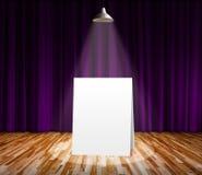 Cartel que se coloca en la etapa para el mensaje de información Imagen de archivo libre de regalías