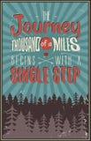 Cartel retro de la tipografía del viaje con cita tipográfica - un viaje de mil millas comienza con un solo paso Imágenes de archivo libres de regalías