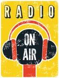 Cartel retro tipográfico de la estación de radio del grunge Micrófono en el aire Ilustración del vector Fotos de archivo