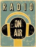 Cartel retro tipográfico de la estación de radio del grunge Micrófono en el aire Ilustración del vector Fotografía de archivo