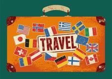 Cartel retro tipográfico del viaje del grunge Maleta vieja del diseño del vintage con las etiquetas Ilustración del vector Fotos de archivo libres de regalías