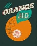 Cartel retro tipográfico del zumo de naranja del grunge con la etiqueta del grunge para el producto natural del 100% Ilustración  Imagen de archivo