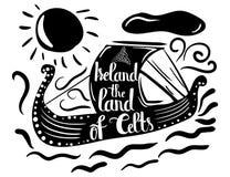 Cartel tipográfico en una silueta negra de una nave con la cita Irlanda la tierra de los Celts aislados en un fondo blanco Vector Imagenes de archivo