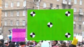 Cartel verde 4k Gente en la demostraci?n con las banderas en sus manos almacen de metraje de vídeo