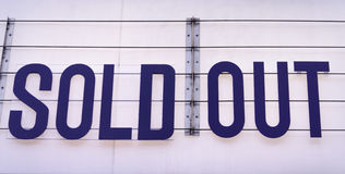 Cartelera agotada en un lugar del concierto en azul en el backgroun blanco Imagen de archivo