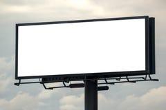 Cartelera al aire libre en blanco de Advertsing contra el cielo nublado Fotos de archivo libres de regalías