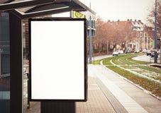 Cartelera, bandera, vacío, blanca en la parada de autobús Foto de archivo