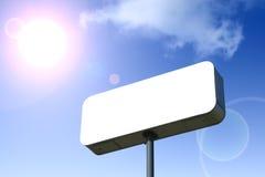 Cartelera blanca, cielo azul detrás. Contorneado con el camino de recortes. Foto de archivo libre de regalías