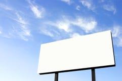 Cartelera blanca con el cielo wispy - sol en izquierda - actualizado Imagen de archivo libre de regalías