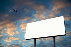 Cartelera blanca con puesta del sol y el jet fotografía de archivo libre de regalías