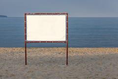 Cartelera blanca en un fondo del mar y del cielo azules Fotos de archivo libres de regalías