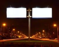 Cartelera blanca grande doble en la calle de la noche Fotografía de archivo