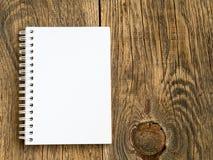 Cartelera con la hoja en blanco para las notas en fondo de madera en blanco abstracto Fotos de archivo libres de regalías