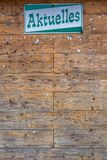 Cartelera de madera vacía en la comunidad con noticias de la palabra alemana las 'como título foto de archivo