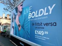 Cartelera de publicidad del smartwatch de Fitbit en la calle de Londres fotografía de archivo libre de regalías
