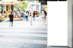Cartelera de publicidad en blanco con el espacio de la copia para el texto, imagen y Foto de archivo