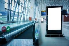 Cartelera de publicidad en blanco en el aeropuerto foto de archivo libre de regalías
