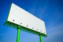 Cartelera de publicidad en blanco en cielo azul foto de archivo