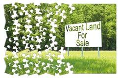 Cartelera de publicidad sumergida en una escena rural con la tierra vacante en venta escrita en ella - imagen del concepto en for fotos de archivo libres de regalías