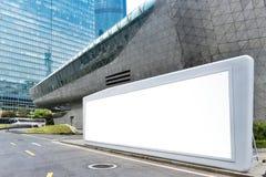 Cartelera en blanco en ciudad moderna imagenes de archivo