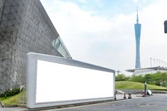 Cartelera en blanco en ciudad moderna imagen de archivo libre de regalías