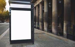 Cartelera en blanco con el espacio de la copia para su mensaje de texto o contenido promocional, tablero en la ciudad grande, adv Foto de archivo