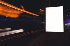 Cartelera en blanco con el espacio de la copia para su mensaje o contenido de texto, haciendo publicidad de mofa con el movimient imagenes de archivo