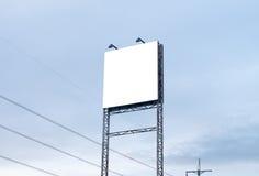 Cartelera en blanco contra el cielo azul Fotografía de archivo