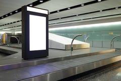 Cartelera en blanco en aeropuerto Fotos de archivo
