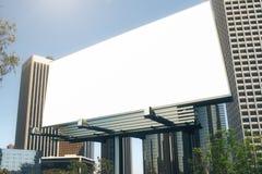 Cartelera en blanco en el backgound de los rascacielos Fotos de archivo