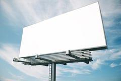 Cartelera en blanco en el backgound del cielo azul, imagenes de archivo