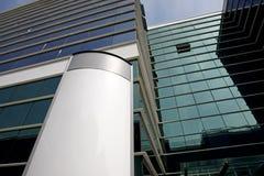Cartelera en blanco en fachada del edificio de oficinas imagenes de archivo