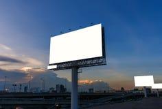 Cartelera en blanco en la hora crepuscular para el anuncio Fotografía de archivo libre de regalías
