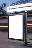 Cartelera en blanco en parada de autobús imágenes de archivo libres de regalías