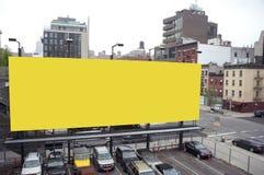 Cartelera en blanco en una ciudad imagenes de archivo
