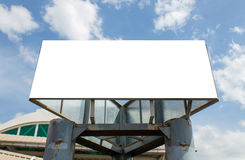 Cartelera en blanco grande en el camino con el fondo de la opinión de la ciudad Imagenes de archivo