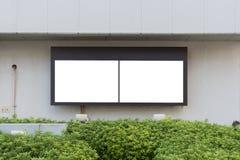 Cartelera en blanco grande en una pared de la calle, banderas con el sitio de añadir su propio texto imagenes de archivo
