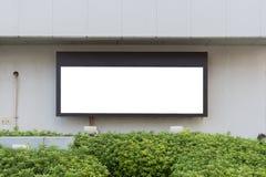 Cartelera en blanco grande en una pared de la calle, banderas con el sitio de añadir su propio texto Imagen de archivo