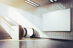 Cartelera en blanco horizontal grande con la escalera móvil foto de archivo